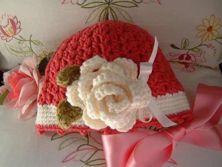 Cappello per bambina all'uncinetto in lana rosa scuro e bianco con una rosa applicata. Idea moda bimba inverno. Stile romantico e femminile