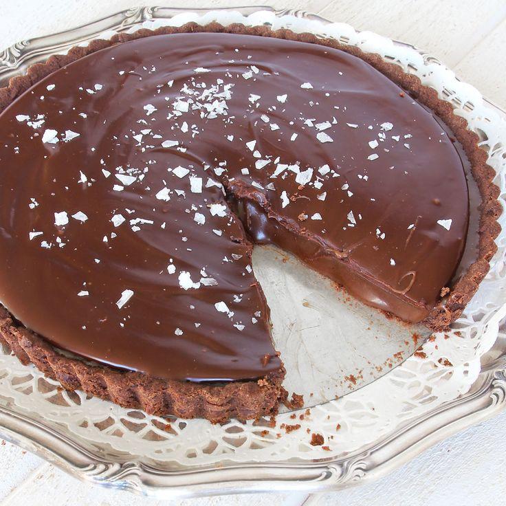 Ljuvlig chokladpaj med en superhärlig kolakräm, täckt med krämig chokladganache…