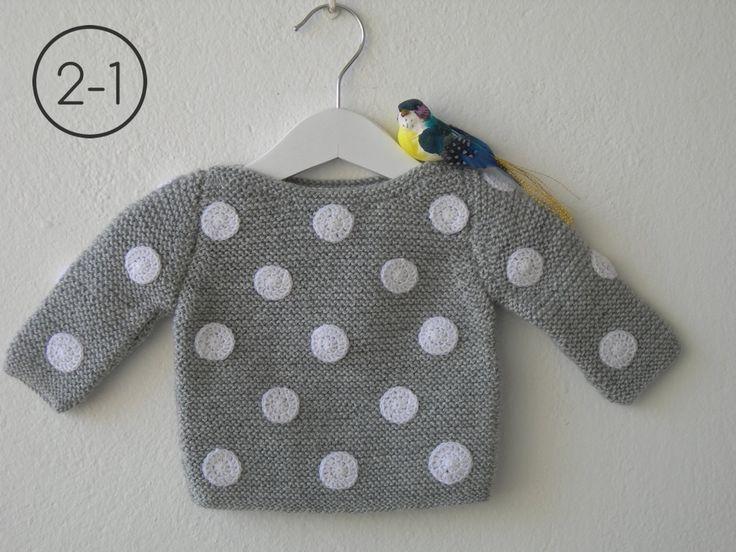 Jersey para bebe hecho a punto bobo con lunares a ganchillo. Disponible en color gris plata, verde claro y azul vaquero.