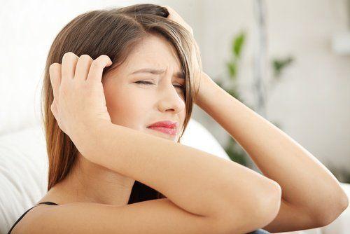mujer con dolores de cabeza