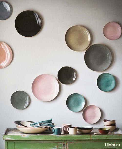 Украшение стен декоративными тарелками в интерьере