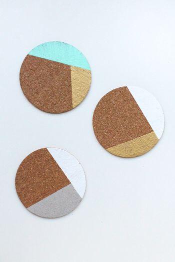 """""""パターン・コースター"""" カラーブロッキングのデザインが素敵なコースター。クリーミーなカラーとゴールドの相性が抜群です。  【材料】 ・コルクコースター ・マスキングテープ ・スポンジブラシ ・クラフト塗料(アクリル塗料)"""