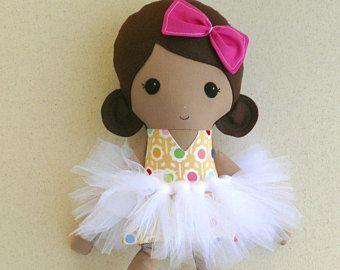Muñeca de trapo muñeca de tela marrón pelo niña vestido de flores amarillo y rosa con tutú blanco y rosa pata