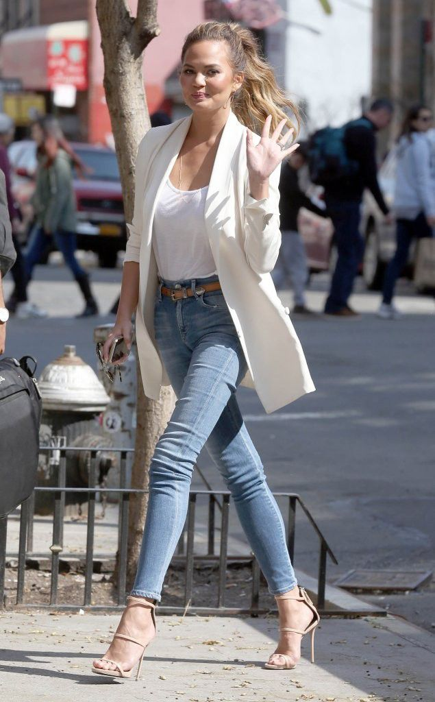 Chrissy Teigen In Skinny Jeans And High Heels Super Model Legs And High Heels Style
