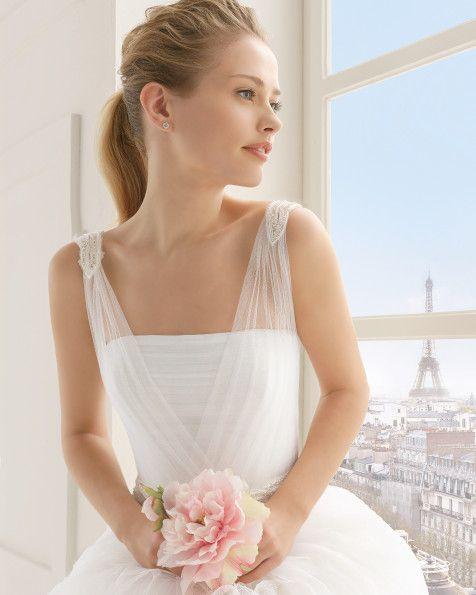 Kleid aus Strass besetztem, seidigem Tüll, naturfarben. Kleid aus Strass besetztem, seidigem Tüll, weiß.
