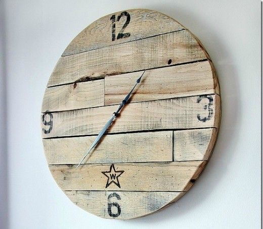 DIY wood pallet craft project ideas. Crafts made using old wood pallets: wine…
