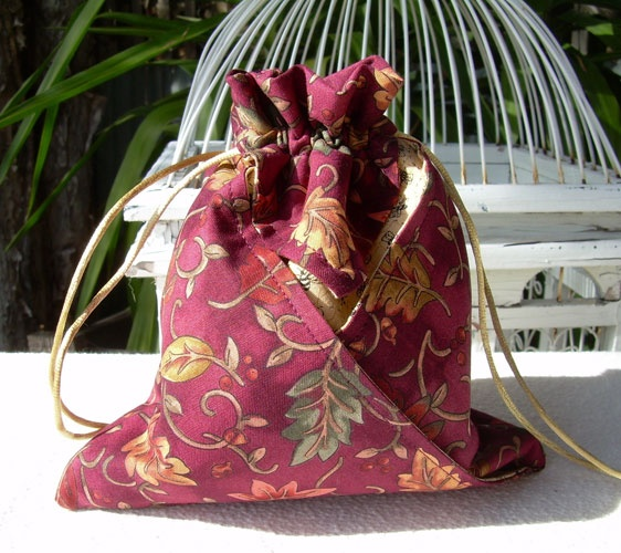 Cat 'n Cart Crafts: Fabric Origami Bag - this blog has a link to the free DIY photo tutorial.