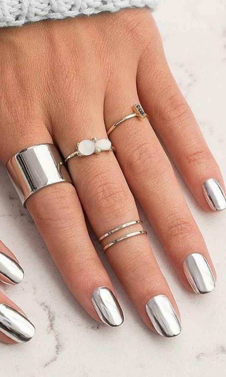 Thanks to Ciaté London, we can now get perfect chrome manicures from just a nail polish. Love that we can score this awesome manicure from the comfort of our own home