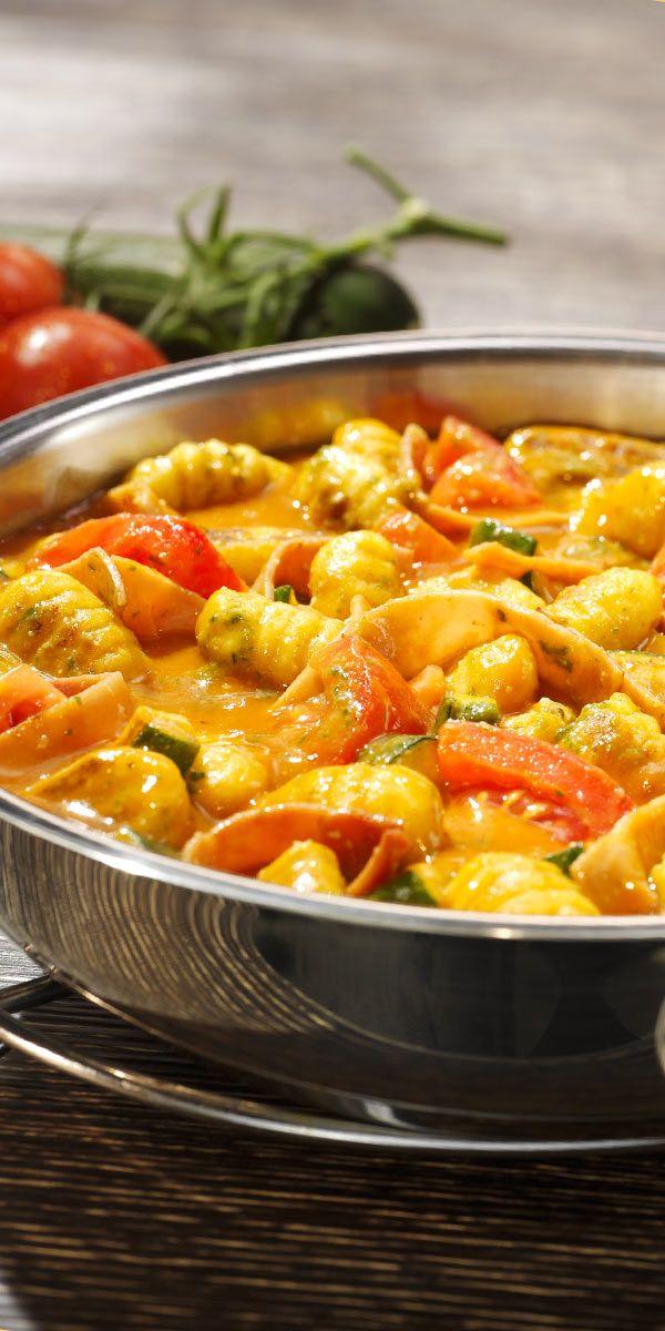 Bring Abwechslung in deinen Büro-Alltag mit dieser cremigen Gnocchi-Pfanne Pomodore! Mit Schinken, frischen Tomaten und Zucchini zauberst du ein schnelles und leckeres Gericht. Zum Schluss noch etwas Pesto für die besondere Note.