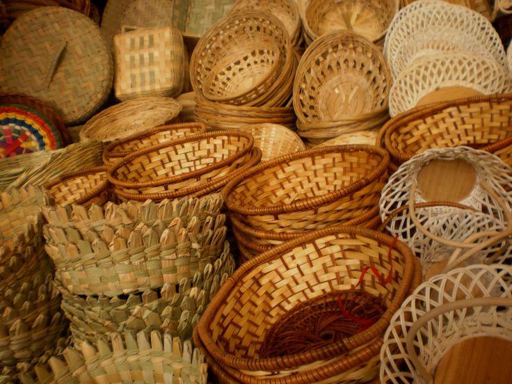 Cestería. Consiste en la realización de canastas, sombreros, petates entre otros artículos, su proceso es a base del tejido de fibras vegetales como la palma, el tule o el mimbre. La cestería se trabaja en el estado de México, Hidalgo, Puebla y Tlaxcala.