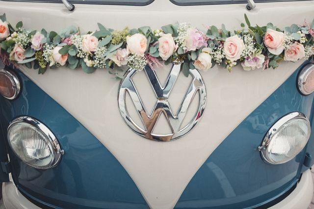 Bloemversiering voor je Volkswagenbusje! #trouwauto #bloemenkrans #decoratie…