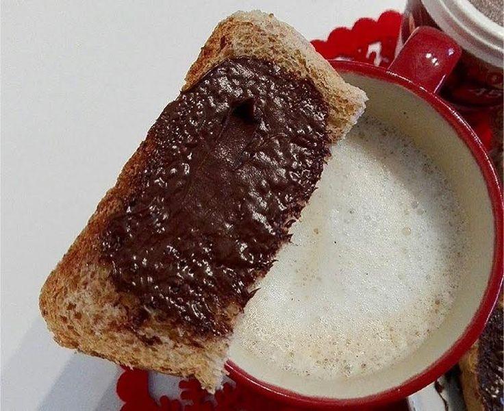 mezza fetta con nutella appoggiata alla tazza