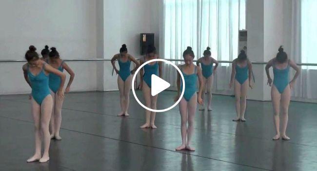 Alunas Fazem Extraordinária Coreografia Combinando Ballet Com Ginástica Acrobática