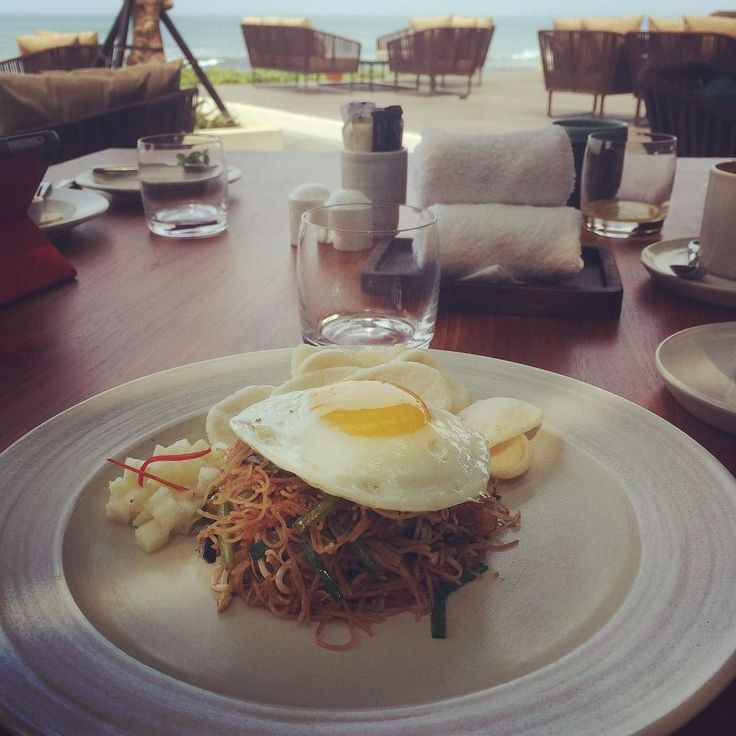 Breakfast with a view @alilaseminyak: Fried egg and prawn noodles with pineapple and prawn crackers. #alilatime #alilaseminyak #roomcritic