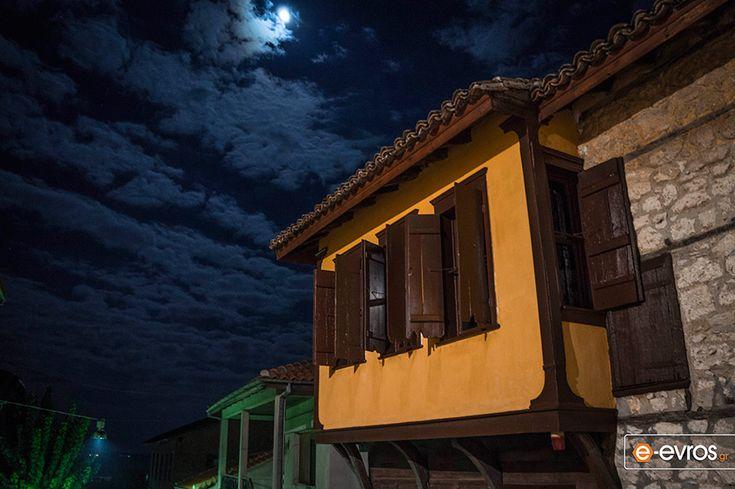 Το Μουσείο Μετάξης Σουφλίου υπό το σεληνόφως.