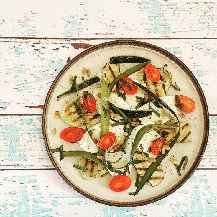 Een lekker lichte lunch: gegrilde courgette met mozzarella en munt.