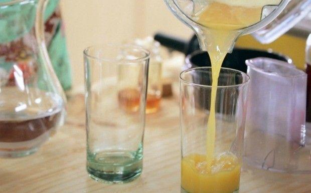 """Suco de curcuma  Ingredientes     * 2 colheres (chá) de açafrão da terra em pó (se for usar cúrcuma       fresca, use uma colher de sobremesa)     * ¼ de suco de um limão     * 2 colheres (chá) de gengibre     * 1 colher (chá) de cardamomo em pó     * 2 colheres (chá) de mel cru     * 1 copo de água Modo de preparo    1. Junte todos os ingredientes em um liquidificador e bata até virar um       suco.  Bom proveito!  Conheça mais receitas no livro""""Bela Cozinha: Receitas"""""""