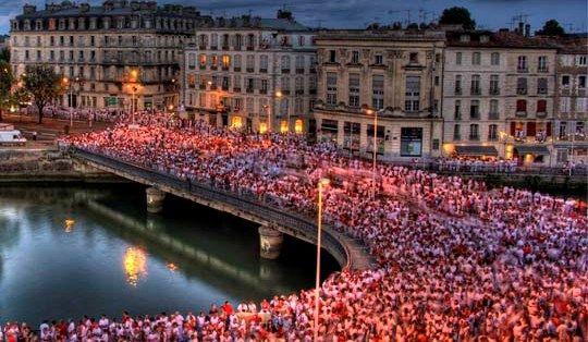 Le foule rouge et blanche lors des Fêtes de Bayonne
