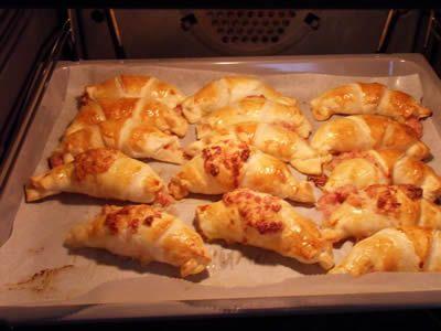 Croissant au jambon et gruyère avec thermomix, une bonne idée d'apéritif pour vous ! INGRÉDIENTS Pour la pâte feuilletée: 160 g de farine 150 g de beurre 80 g d'eau 1 pincée de sel Pour la garniture: 4 tranche de jambon blanc 160 g de gruyère 4 C.à.S de crème épaisse 1 jaune d'oeuf 3 …