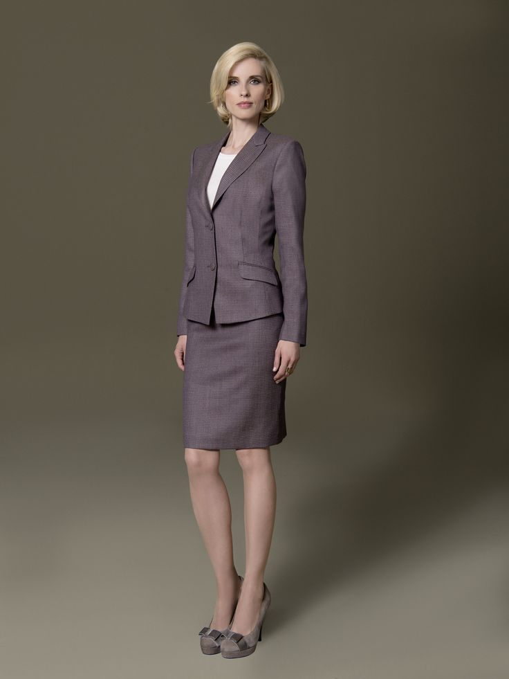 Die besten Looks sind die, die uns auch noch lange nach dem Kauf viel Freude im Kleiderschrank bereiten. Das strukturierte DOLZER Kostüm in zartem Lila zählt definitiv dazu. Vielseitig wandelbar und gleichzeitig zeitlos begleiten Sie Blazer und Rock einzeln oder als Kostüm durch Ihren Büroalltag.