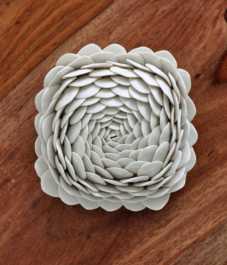 De nieuwste textuur in de micro muur tegelcollectie, genaamd Camellia, is geïnspireerd door de prachtige Camellia bloem.  Hand gevormd met de beste porselein klei, deze micro tegel maatregelen ongeveer 5 plein en 2,5-inch inch deep.* * ik verliet het oppervlak ongeglazuurde om te benadrukken dat etherische kwaliteit van translucentie die enige porselein kan geven. Het is hoge ontslagen, leningen duurzaamheid aan de klei en vochtbestendigheid.  ** Dit item is klaar voor schip **  Elke tegel…