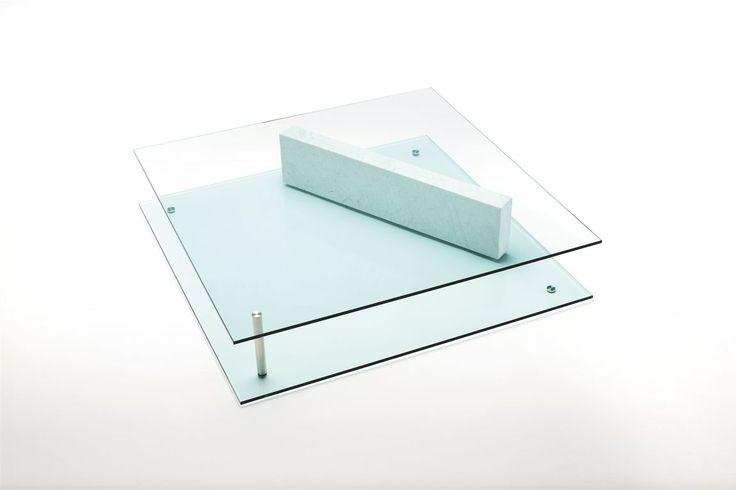 Exercice de style Cette table basse dessinée par Massimo Mariani est un véritable manifeste à la géométrie dans l'espace : des panneaux de verre au bloc de marbre (ou de noyer selon les versions), difficile de déterminer ce qui structure, et ce qui est soutenu. Living Divani, table basse Plane, création Massimo Mariani,