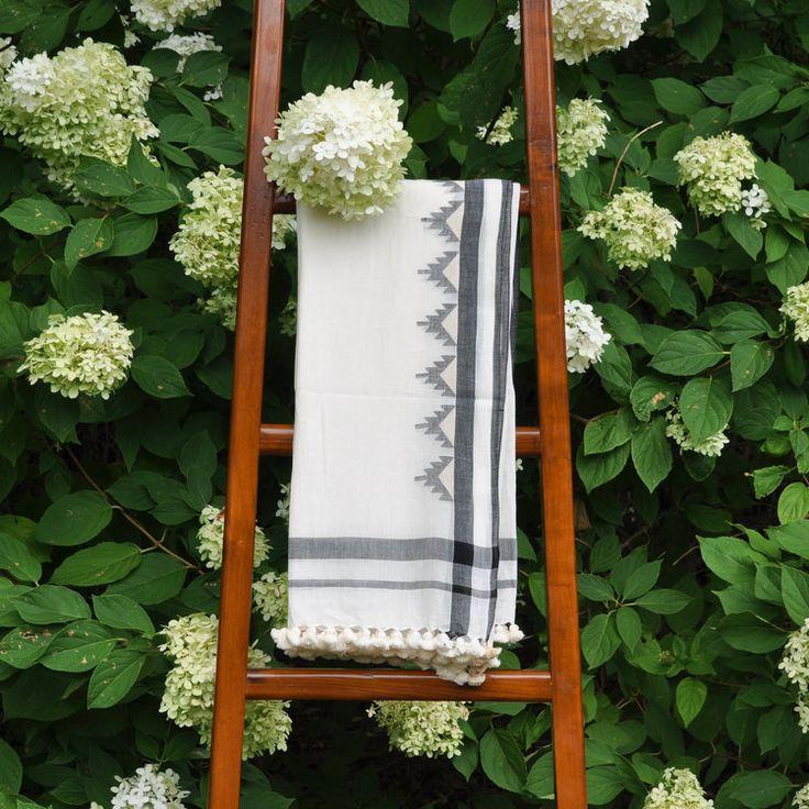 Hand woven cotton shawl using the jamdani technique / hand gewoben Baumwolle Schal // shop on ARTHA Collections #cottonshawl #shawl #scarves #jamdani #fashionaccessory