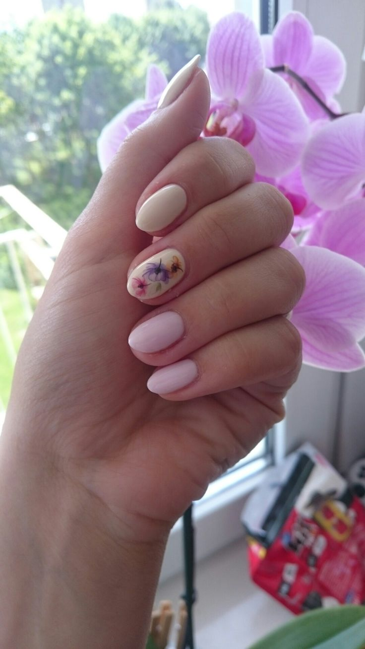 Semilac 128 pink marshmallow and 176 almond butter from new collection flavours and some flowers stickers. Delicate pastel nails.