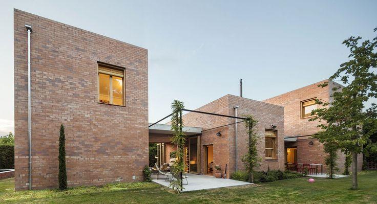 House 1101, progettata da H Arquitectos per una coppia di collezionisti d'arte, è una casa costituita da tre volumi in mattoni, capace di fondersi con il giardino.