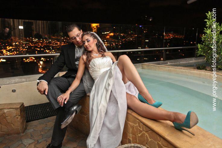 Boda en terraza de Diez Hotel Categoría Colombia #luxury #amor #love #wedding #matrimonio #clasico #luz #ciudad #noche #matrimonio #hotel #blanco #spa #Medellín