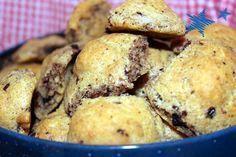 Low Carb-Gebäck mit Walnüssen und dunkler Schokolade. Unkomplizierte und rasch gebackene süße Kleinigkeit – ohne Mehl und ohne Zucker.