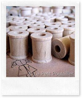 Togliere macchie di unto sul legno naturale: – borotalco  – ferro da stiro  – straccio pulito di cotone  – detersivo specifico (non cera, proprio detersivo) per legno e parquet  – spazzola morbida o aspirapolvere.