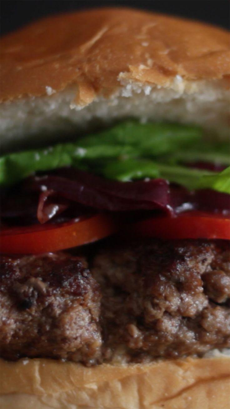 Hambúrguer já é uma delícia e esse com recheio de gorgonzola fica melhor ainda!