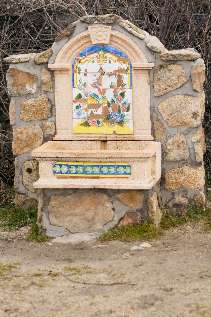 Descubre rincones con encanto en el camino desde #ElBoalo hasta la Ermita de San Isidro, como esta fuente de calle Cañada.