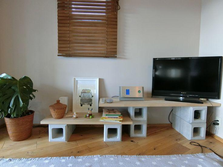 コンクリートブロックとホワイトアッシュの板を組み合わせたTVボード