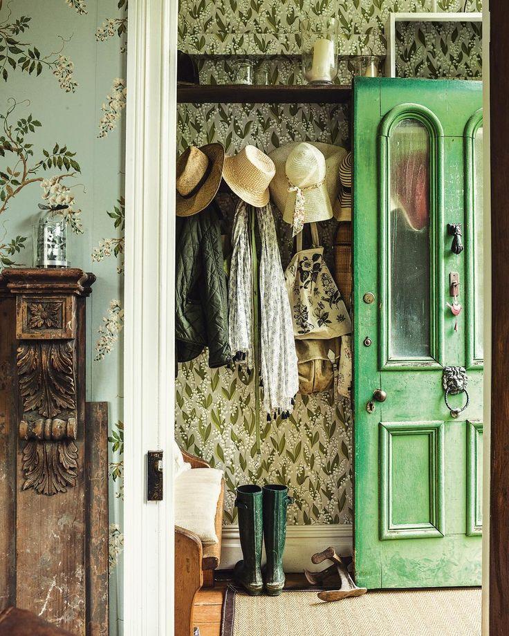 #nzhouseandgarden #entrance #countrystyle #coatrack #greendoor #wallpaper