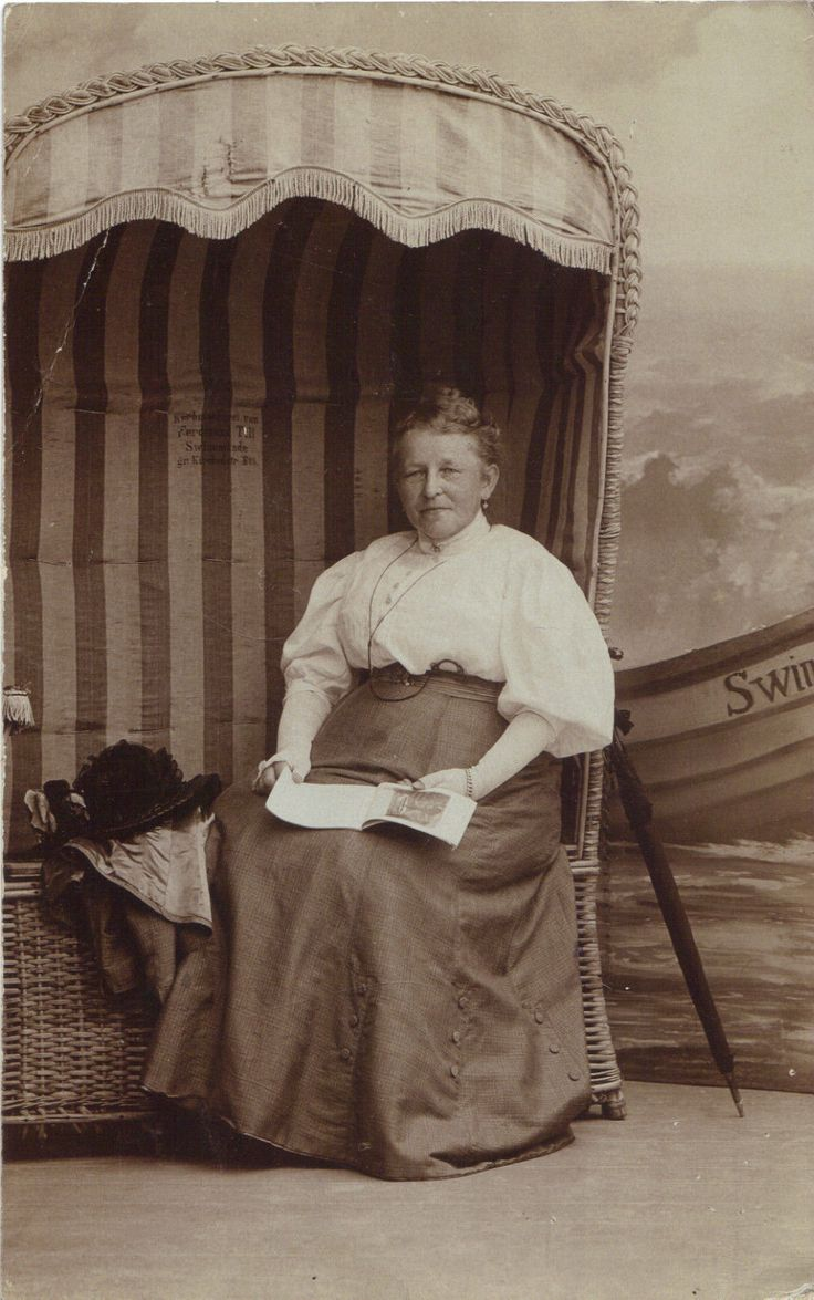 Swinemünde, Usedom, Frau liest im Strandkorb, Foto.Ak von 1908