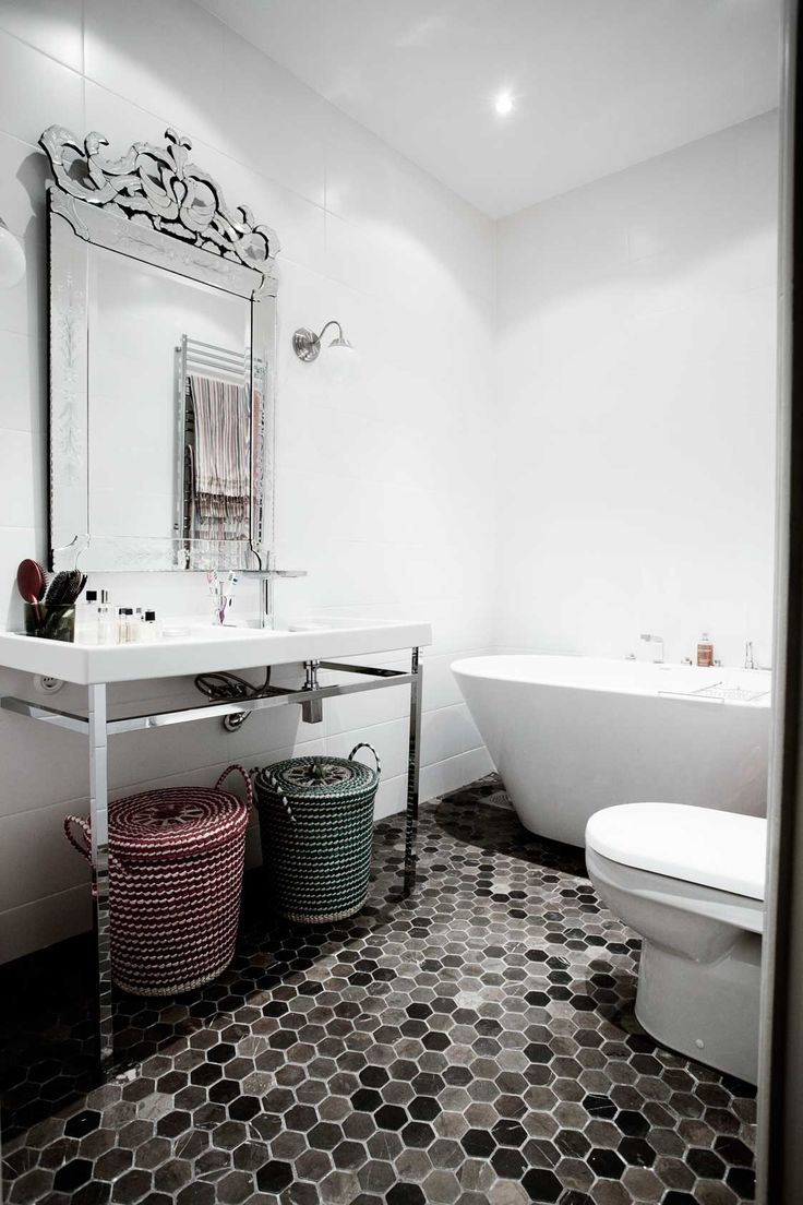 Handfat ur Philippe Starcks X-serie. Golv och spegel, hemfraktade från Bali. Badkar från Svedbergs. Lampor från Ikea. Korgar från Afroart.