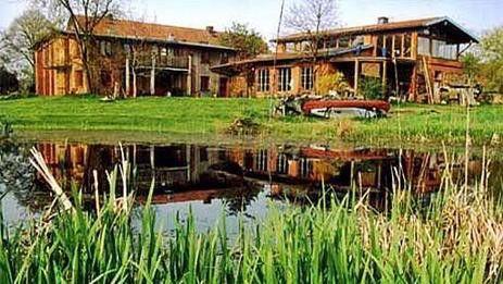Hof Kranichmoor   Der Hof Kranichmoor ist eine auf ökologischer Basis renovierte Hofanlage, aus der ein liebevoll gestaltetes Seminar- und Gästehaus mit Wohnungen sowie künstlerischen und handwerklichen Werkstätten entstanden ist.  Die Seminarhauswiese mi