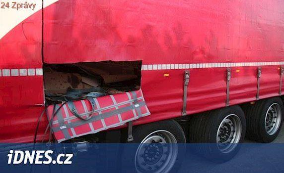 Zloděj se prořezal do návěsu kamionu, ukradl auta na ovládání za statisíce