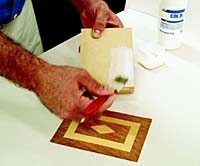 Vamos te mostrar uma técnica bem legal para trabalhar em diversos tipos de madeira. O trabalho fica lindo e poderá ser um ótimo enfeite para a sua casa! Para fazer a marchetaria é preciso que você use algumas ferramentas necessárias. Também é necessário que você tenha uma mão firme e muita dedicação ao trabalho. Você …