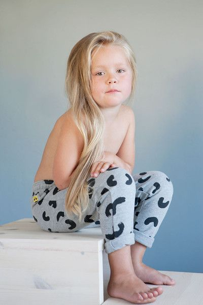 AUGUST Relaxed pants - Grey - Black Cheese Doodles. Photo: Therese Fische