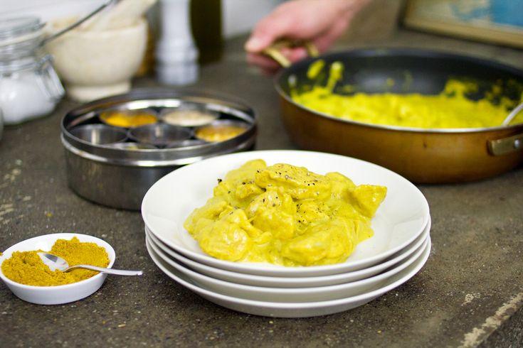 Il pollo al curry è un piatto dai profumi etnici ma davvero molto facile da preparare. Noi abbiamo usato anche del latte di cocco.