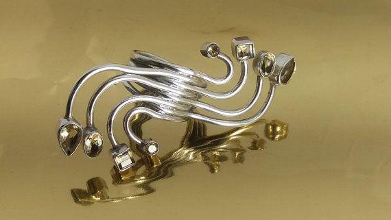 Gran anillo de plata de ley con 8 piedras talladas a mano , contemporáneo. También puede visita nuestra tienda para ver más joyas únicas hechas de piedras