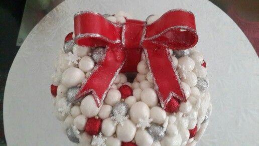 Bauble wreath cake