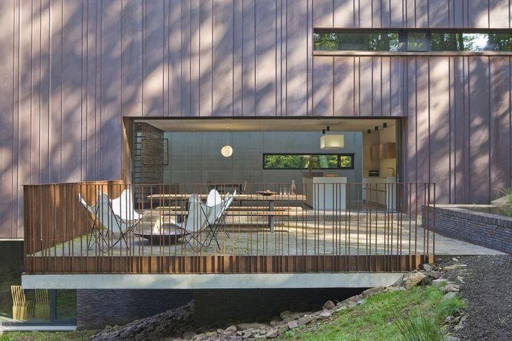 en images une maison moderne extraordinaire en pente raide cuivre pinterest nouvelle. Black Bedroom Furniture Sets. Home Design Ideas