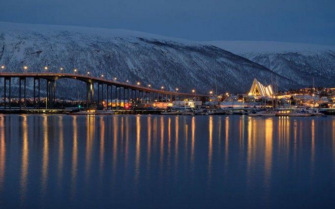 Tromso, Polar Müzesi önünden Arctic Kilise manzarası