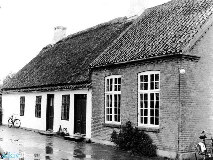 arkiv.dk   Askø skole, Askø  Den gamle skole på Askø, med stråtag