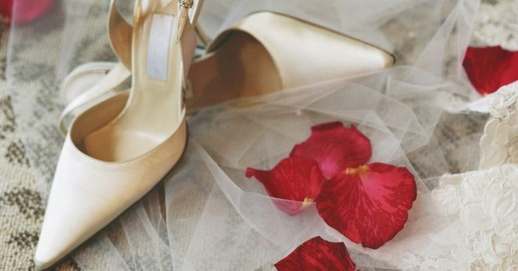 Como desenhar sapatos na ilustração de moda. Como desenhar sapatos em ilustração de moda. No vestuário, os sapatos são tão importantes quanto a roupa. A importância dos sapatos em ilustração de moda não pode ser negada. Fashionistas e seus designers amam sapatos, e alguns ilustradores se concentram somente nos calçados. Uma ilustração de moda de Manolo Blahnik pode custar milhões de dólares, ...