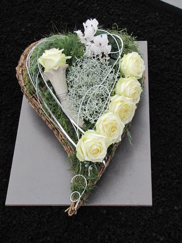 Heart flower arrangement for All Saints' Day and the anniversaries - Memorial Florist